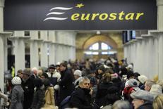 La Commission européenne a autorisé la SNCF à prendre le contrôle exclusif d'Eurostar, le groupe public français ayant accepté de partager avec de nouveaux entrants le marché de la billetterie et des services de maintenance sur les liaisons ferroviaires concernées. /Photo d'archives/REUTERS/Paul Hackett