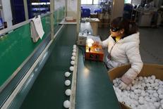 Funcionária em linha de produção de uma fábria em Jiaxing, na China.   07/02/2015  REUTERS/William Hong