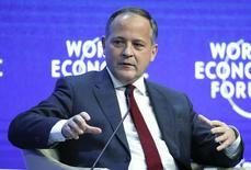 Coeuré durante una conferencia en el Foro Económico Mundial de Davos, Suiza, el 24 de enero de 2015. El miembro del comité ejecutivo del Banco Central Europeo Benoît Coeuré dijo el miércoles que no ve nada malo en un alza de las tasas de los bonos, pues mostró que los inversores en la zona euro se están adaptando a la existencia de riesgo en el mercado. REUTERS/Ruben Sprich