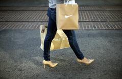 Una mujer compra en el mall The Grove, en Los Angeles, California, 26 de noviembre de 2013. Las ventas minoristas de Estados Unidos se mantuvieron sin cambios en abril ya que las familias redujeron las compras de automóviles y otros artículos costosos, sugiriendo que la economía tuvo dificultades para repuntar con fuerza tras el magro crecimiento del primer trimestre. REUTERS/Lucy Nicholson