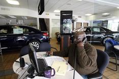 Les ventes au détail aux Etats-Unis ont stagné en avril, les ménages réduisant entre autres leurs achats de voitures ou d'électroménager. /Photo d'archives/REUTERS/Joshua Lott