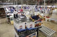 Un trabajador apila cajas de televisores antes de moverlas al almacén en Element Electronics, en  Winnsboro, Carolina del Sur, 29 de mayo de 2014. Los inventarios de las empresas estadounidenses apenas subieron en marzo, al tiempo que las ventas registraron su mayor avance en ocho meses, el indicio más reciente de que la economía de hecho se contrajo en el período enero-marzo. REUTERS/Chris Keane
