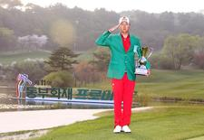 Hur In-hoe salutes as he pose for photographs after won a golf tournament in Pocheon, South Korea, in this handout picture provided by KPGA and released by News1 on April 26, 2015.    REUTERS/KPGA/News1