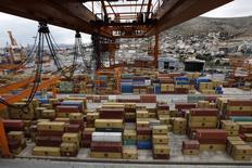 La Grèce a débloqué la procédure de cession du port du Pirée, le plus grand port du pays, et demandé à trois candidats de présenter des offres contraignantes d'ici septembre pour le rachat d'une participation majoritaire dans son capital. /Photo d'archives/REUTERS/John Kolesidis