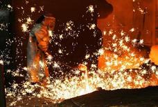 Les sidérurgistes, à suivre vendredi à la Bourse de Paris. La Commission européenne a ouvert une enquête antidumping sur la Chine et la Russie, ces deux pays étant soupçonnés de vendre un type d'acier sur le marché européen à des prix inférieurs à leurs coûts de production. /Photo d'archives/REUTERS/Yves Herman