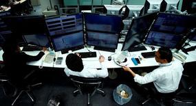 Les grandes sociétés de négoce japonaises, aux prises avec d'importantes dépréciations d'actifs faisant suite au marasme du marché des matières premières, comptent accélérer leurs cessions d'actifs et réduire leurs dépenses d'investissement de près de neuf milliards d'euros sur trois ans. /Photo prise le 5 décembre 2014/REUTERS/Yuya Shino