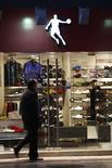 Un hombre camina junto a la tienda de deportes Qiaodan, en el centro de Shanghai, 24 de febrero de 2012. Michael Jordan llevará ante el tribunal supremo de China una disputa sobre su marca que mantiene con una empresa de deportes del país asiático, dijeron el viernes los abogados de la ex estrella de baloncesto, en uno de los varios casos que acusan a firmas locales de imitar ilegalmente marcas globales. REUTERS/Aly Song
