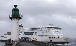 La Cour d'appel de Londres a autorisé vendredi MyFerryLink, filiale d'Eurotunnel, à poursuivre ses liaisons maritimes entre Douvres et Calais après avoir invalidé l'interdiction de traversée prononcée par la cour d'appel britannique chargée de la concurrence. /Photo prise le 8 février 2015/REUTERS/Pascal Rossignol