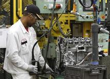Trabalhador em fábrica automóveis em Ohio, nos Estados Unidos.    11/08/2012  REUTERS/Paul Vernon