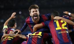 Zagueiro do Barcelona, Gerard Piqué, comemora terceiro gol do Barcelona contra o Bayern de Munique pelo jogo de ida da semifinal da Liga dos Campeões, em Barcelona. 06/05/2015 REUTERS/Gustau Nacarino