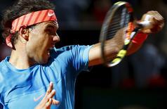 O espanhol Rafael Nadal durante lance em partida contra o suíço Stanislas Wawrinka no Masters de Roma, na Itália, nesta sexta-feira. 15/05/2015 REUTERS/Stefano Rellandini