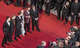 """La historia metafísica de Gus van Sant """"The Sea of Trees"""" (Mar de árboles) ambientada en el 'bosque suicida' de Japón recibió una bienvenida áspera por parte de los críticos en el Festival de Cannes, pero al ganador de la Palma de Oro no parecieron afectarle unos pocos abucheos que recibió su última obra después de la proyección del viernes. En la imagen, el realizador holandés (dcha), el actor Matthew McConaughey (2do dcha), la actriz Naomi Watts (3ª dcha), el guionista Chris Sparling (4º dcha) y otros invitados posan en la alfombra roja antes de la proyección de la película en Cannes el 16 de mayo de 2015. REUTERS/Vianney Le Caer/Pool"""