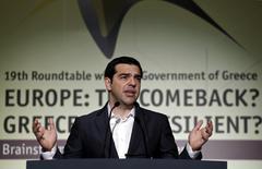 En la imagen, el primer ministro griego, Alexis Tsipras, ofrece un discurso durante una conferencia en Atenas. 15 de mayo, 2015. El Gobierno de Grecia podrá pagar salarios y pensiones en mayo, pero necesita un acuerdo con sus acreedores a fines de mes debido a su escasez de liquidez, dijo el lunes el portavoz del país europeo. REUTERS/Alkis Konstantinidis
