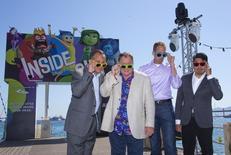 """El productor Jonas Riviera, el productor ejecutivo John Lasseter, el director Pete Docter, y el codirector Ronaldo Del Carmen posan durante una sesión de fotografías, en la presentación de """"Inside Out"""" en Cannes, el 18 de mayo de 2015. La nueva película animada de Disney-Pixar """"Inside Out"""" fue elogiada el lunes en el festival de Cannes cuando la historia sobre lo que sucede dentro de la cabeza de una joven atrajo todos los aplausos y generó preguntas sobre por qué no competía por ningún premio. REUTERS/Yves Herman"""