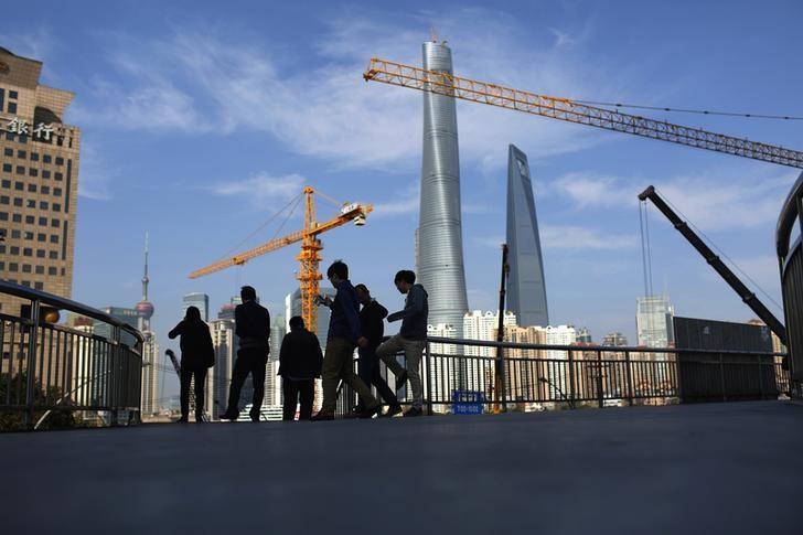 料图片:上海浦东一处天桥。REUTERS/Aly Song