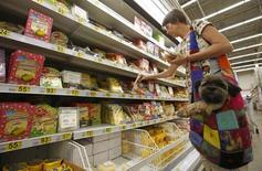 Покупательница в магазине Ашан в Москве. 18 августа 2014 года. Рост индекса потребительских цен в России за период с 13 по 18 мая составил 0,1 процента, как и в предыдущие три недели, сообщил Росстат. REUTERS/Maxim Zmeyev