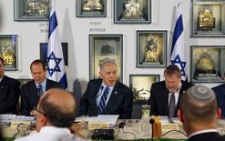 Netanyahu celebra una reunión con su gabinete en el Museo de Israel en Jerusalen, el 19 de mayo de  2015. Las preocupaciones por la situación de la competencia en el sector de las telecomunicaciones en Israel han crecido después de que el primer ministro, Benjamin Netanyahu, despidiese al director general de comunicaciones y él mismo se hiciera cargo del ministerio. REUTERS/Atef Safadi/Pool