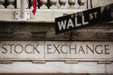 Una señalética de Wall Street cuelga frente a la Bolsa de Nueva York, 8 de mayo de 2013. Wall Street operaba con pocos cambios el miércoles en la apertura, ya que los inversores aguardaban la publicación de las minutas de la última reunión de política monetaria de la Reserva Federal ante posibles señales sobre el momento en que se produciría un alza de las tasas de interés en Estados Unidos. REUTERS/Lucas Jackson
