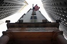 La Bourse de New York a ouvert mercredi en léger recul, les investisseurs se montrant circonspects dans l'attente de la parution du compte-rendu de la dernière réunion de la Réserve fédérale. Quelques minutes après le début des échanges, le Dow Jones perd 0,20%, à 18.275,73 points. /Photo d'archives/REUTERS/Brendan McDermid