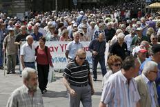 Pensionistas gregos participam de protesto por melhora no sistema de saúde, em Atenas. 20/05/2015  REUTERS/Alkis Konstantinidis