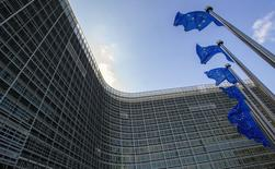 Флаги ЕС у здания Еврокомиссии в Брюсселе. 5 мая 2015 года. Европейские лидеры в четверг начинают напряженную встречу со своими соседями из числа бывших советских республик, которая будет омрачена продолжающейся конфронтацией с Россией, начавшейся с аналогичного саммита полтора года назад. REUTERS/Yves Herman
