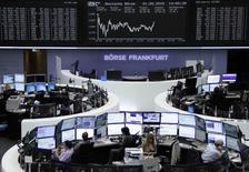 Operadores trabajando en la Bolsa de Fráncfort, 21 de mayo de 2015. Las acciones europeas se recuperaron el jueves tras pérdidas tempranas y cerraron con alzas, ante datos que mostraron suertes dispares en las principales economías de la zona euro. REUTERS/Remote/Staff