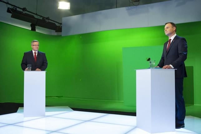 Poland's President and presidential candidate from the Civic Platform Party (PO) Bronislaw Komorowski (L) and Andrzej Duda, presidential candidate of the Law and Justice Party (PiS), stand before their face-to-face televised debate at the TVN studio in Warsaw May 21, 2015, ahead of the presidential election run-off on May 24.   REUTERS/Wojciech Grzedzinskii/KPRP