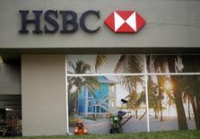 Un barrendero descansa frente a una sucursal de HSBC en Curitiba, 24 de junio de 2014. HSBC Holdings Plc está evaluando la posibilidad de vender su unidad brasileña luego de que la división del banco español Santander revelara que está considerando una potencial compra, en medio de un fuerte interés por el negocio. REUTERS/Amr Abdallah Dalsh
