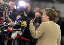 Chanceler alemã, Angela Merkel, passa por jornalistas durante evento em Riga, na Letônia. 22/05/2015 REUTERS/Ints Kalnins