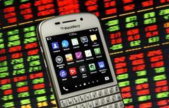 Un teléfono avanzado Blackberry Q10 figura frente a un gráfico de acciones en una pantalla en esta ilustración fotográfica tomada en Zenica, Bosnia-Herzegovina, el 22 de mayo de 2015. El fabricante canadiense de teléfonos avanzados BlackBerry Ltd está recortando empleos en todo el mundo, dijo la compañía el viernes, mientras consolida sus negocios de software, hardware y aplicaciones. REUTERS/Dado Ruvic - RTX1E59I