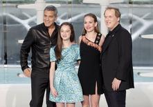 """No hubo muchos fuegos artificiales este año en la taquilla del fin de semana del Día de los Caídos, ya que la recién llegada """"Tomorrowland"""" decepcionó con un debut de 32,2 millones de dólares en Norteamérica. En la imagen (de iqda a dcha), los actores George Clooney, Raffey Cassidy, Britt Robertson y el director Brad Bird posan frente a la Ciudad de las Artes y las Ciencias de Valencia (España) tras el estreno de la película de ciencia ficción de Disney. 19 mayo 2015. REUTERS/Heino Kalis"""