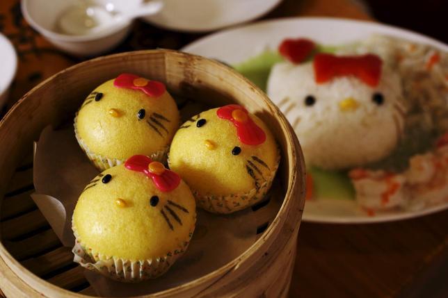 5月25日、ハローキティをテーマにした中華料理店が香港にでき、公式オープンの6月1日を前にしてすでに多くの人々でにぎわっている。写真は、キティをかたどった料理の数々。21日撮影(2015年 ロイター/Bobby Yip)