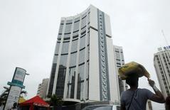 Siège de la Banque africaine de développement, à Abidjan, en Côte d'Ivoire. La Bad estime que les pays africains connaîtront une croissance de 4,5% cette année et de 5% en 2016 grâce au dynamisme de la demande extérieure, soit les pourcentages les plus élevés depuis la crise financière amorcée en 2007. /Photo prise le 22 mai 2015/REUTERS/Luc Gnago    - RTX1E6FU
