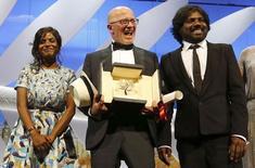 """El director Jacques Audiard (centro), ganador de la Palma de Oro por su película """"Dheepan"""", junto a la actriz Kalieaswari Srinivasan y el actor Jesuthasan Antonythasan posan en el escenario durante la ceremonia de cierre del Festival de Cannes, en Francia. 24 de mayo de 2015. La película francesa """"Dheepan"""" fue reconocida con el premio de la Palma de Oro en la versión número 68 del Festival Internacional del Cine de Cannes el domingo, informó el jurado. REUTERS/Regis Duvignau"""