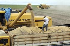 Caminhão é carregado com soja em fazenda na cidade de Primavera do Leste no Mato Grosso 7/02/ 2013.  REUTERS/Paulo Whitaker