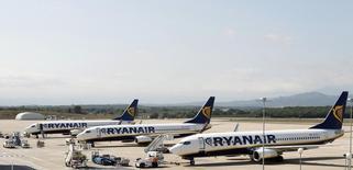 Ryanair a fait état mardi d'un bond de 66% de son bénéfice annuel après impôts à la faveur d'une hausse du trafic passagers près de trois fois supérieure à ce que la première compagnie aérienne européenne à bas coûts avait imaginé, 11% contre 4% anticipés. /Photo d'archives/REUTERS/Albert Gea