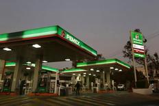 Una bencinera Pemex en Ciudad de México, 13 de enero de 2015. Las exportaciones de crudo de la petrolera estatal mexicana Pemex se derrumbaron un 16 por ciento en abril del 2015 con respecto al mes inmediato anterior, de acuerdo con cifras publicadas por la firma en su página de internet. REUTERS/Edgard Garrido