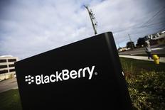 BlackBerry, qui va supprimer des emplois dans le monde entier en vue de consolider ses activités dans les matériels, les logiciels et les applications, à suivre mardi sur les marchés américains. /Photo d'archives/REUTERS/Mark Blinch