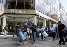 Empleados bancarios que están en huelga marchan a través del distrito financiero, durante un día de huelga nacional en Buenos Aires, 31 de marzo de 2015. Los bancos de Argentina permanecerán cerrados durante 48 horas a partir de este martes por una huelga de los trabajadores del sector, que demandan aumentos salariales y una rebaja en el gravamen que tasa los sueldos medios y altos. REUTERS/Enrique Marcarian