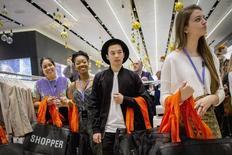 Empleados de Topshop esperan para recibir a los clientes durante la apertura de la nueva tienda en Nueva York, 5 de noviembre de 2014. La confianza del consumidor estadounidense se fortaleció en mayo, según mostró el martes un informe del sector privado. REUTERS/Brendan McDermid