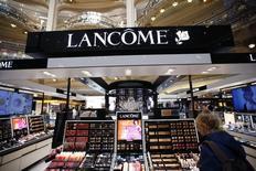 L'Oréal va réduire les prix de la plupart de ses produits importés en Chine, notamment ceux de Lancôme, Armani ou Saint Laurent, après la baisse des taxes à l'importation décidée par Pékin sur certains biens de consommation comme les cosmétiques ou certains vêtements. /Photo prise le 20 avril 2015/REUTERS/Charles Platiau
