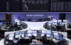 Помещение фондовой биржи во Франкфурте-на-Майне. 27 мая 2015 года. Европейские фондовые рынки растут с недельного минимума благодаря строительным фирмам и производителям стройматериалов. REUTERS/Remote/Staff