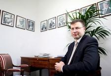 El vicepresidente de la Comisión para el euro, Valdis Dombrovskis asiste a una entrevista en Roma, 13 de abril de 2015. Las metas fiscales, la reforma del sistema de pensiones y del mercado laboral y el volumen de la administración pública son temas claves en las negociaciones de la deuda griega en los que Atenas y sus acreedores aún no llegan a acuerdo, dijo el miércoles la Comisión Europea. REUTERS/Alessandro Bianchi