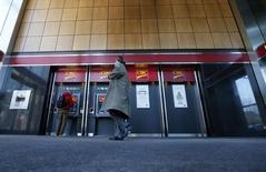 Pedestrians use the CIBC ATM machines in Montreal, April 24, 2014 REUTERS/Christinne Muschi