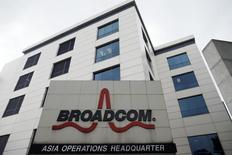 Le groupe américain de semi-conducteurs Avago Technologies a conclu le rachat de son compatriote et concurrent Broadcom pour 37 milliards de dollars (33,9 milliards d'euros) payables en numéraire et en titres. /Photo d'archives/REUTERS/Edgar Su