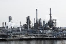 Una vista general de la refinería de petróleo de Filadelfia, Pensilvania,  4 de diciembre de 2014. Los inventarios de crudo en Estados Unidos bajaron la semana pasada por cuarta vez consecutiva ante un procesamiento récord en refinerías y una caída en las importaciones, mientras que los de gasolina también disminuyeron, mostraron el jueves datos de la gubernamental Administración de Información de Energía. REUTERS/Tom Mihalek