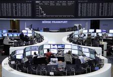 Les Bourses européennes sont en léger repli vendredi à mi-séance, à l'exception de la Bourse de Londres, dans des marchés perturbés par l'envoi de signaux contradictoires concernant les négociations en cours entre la Grèce et ses créanciers.  À Paris, le CAC 40 perd 0,42% vers 12h45. À Francfort, le Dax cède 0,4%. /Photo prise le 29 mai 2015/REUTERS/Stringer