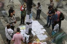 Pessoas olhando ofertas de emprego no centro de São Paulo.  22/08/2014   REUTERS/Paulo Whitaker