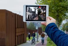 O desenvolvedor Robin von Hardenberg demonstra um app de realidade aumentada em Berlim. 26/09/2014 REUTERS/Thomas Peter