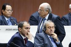Presidente da Fifa, Joseph Blatter, passa pelo presidente da Uefa, Michel Platini, e o candidato à Presidência da Fifa Ali Hussein (esquerda), no Congreso da Fifa em Zurique. 29/05/2015  REUTERS/Arnd Wiegmann